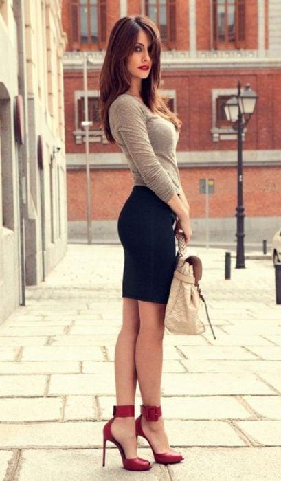 Mujer utilizando tacones, parada de perfil