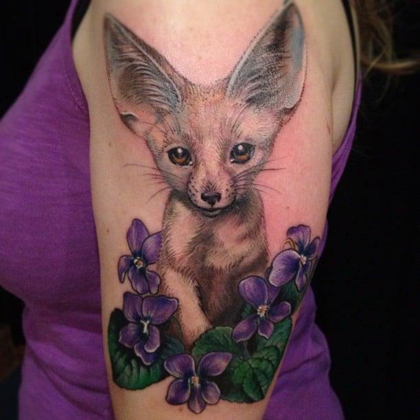 Tatuaje de zorro salvaje y flores moradas