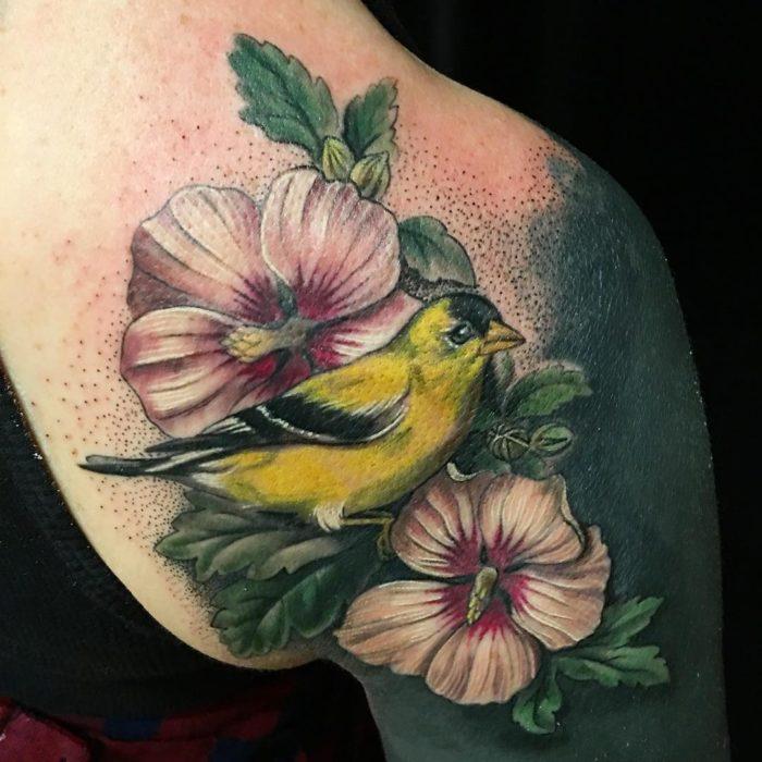 tatuaje de flores y gorrión amarillo