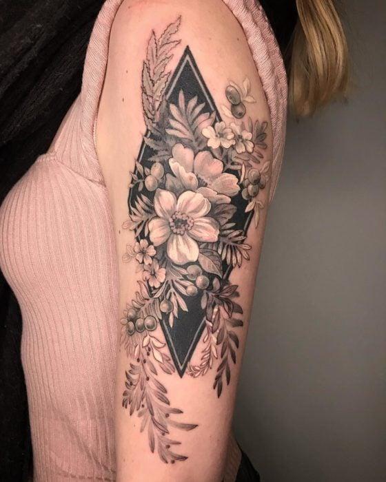 Tatuaje de flores con fondo de rombo en B&N