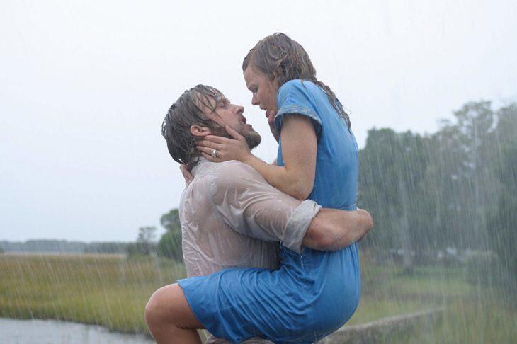 Escena de Notebook cuando Allie y Noah se besan bajo la lluvia