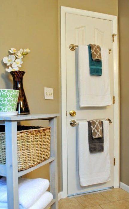 Toalleros montados en la puerta