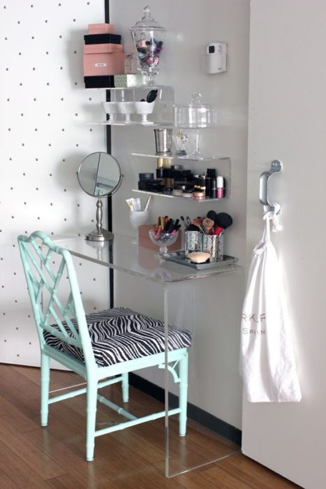 Tocador con base plástica y silla color menta y tapiz de animal print