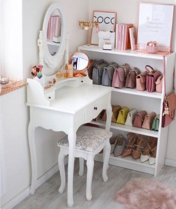 Tocador con pequeño mueble para colocar bolsas de mano y zapatillas