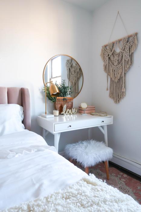 Tocador pequeño de espejo circular y mueble blanco