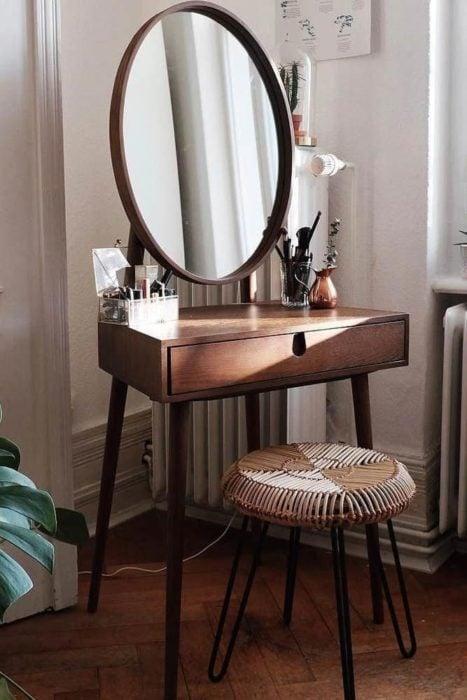Tocador de espejo ovalado de madera