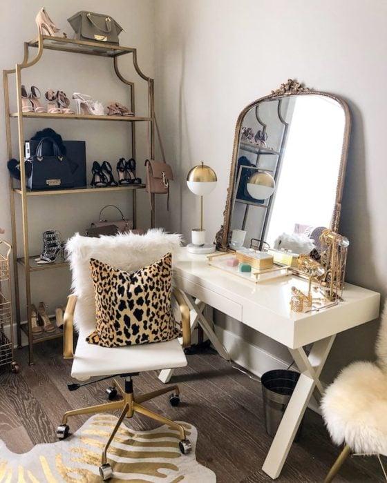 Tocador con silla giratoria en tonos blancos y dorados