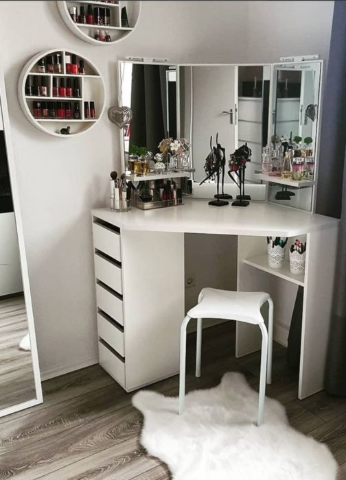 Tocador de esquina en color blanco con tres espejos