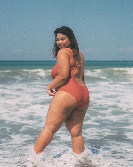 Bianca Felipe en traje de baño, disfrutando de un día en la playa
