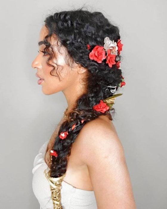 Trenzado bohemio para novia de cabello rizado con toques florales