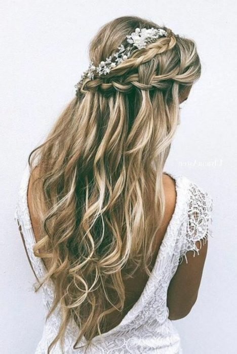 Peinado de novia trenzado con tocado