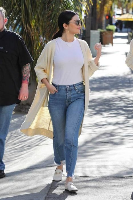 Selena Gomez caminando por las calles junto a su guardaespaldas
