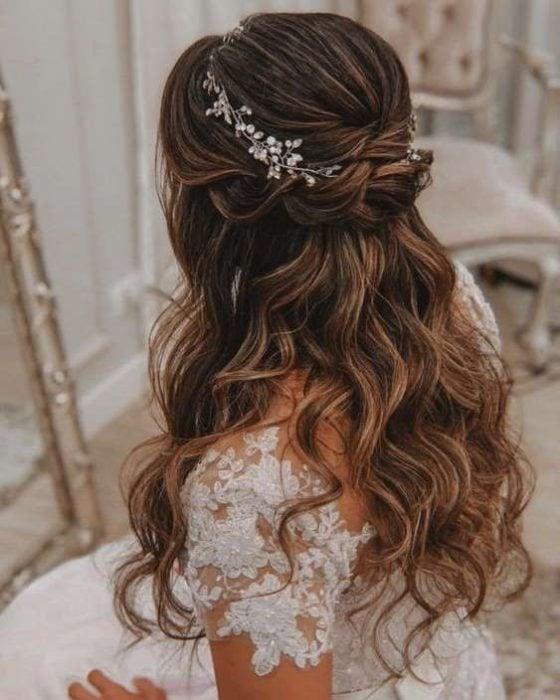 Peinado para novia d cabello ondulado de twist doble con tocado