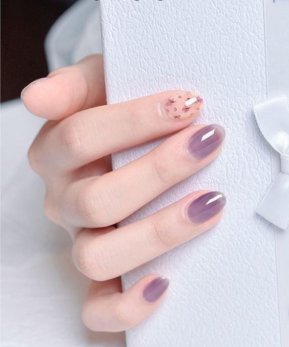 Manicura en tono lila con degradado y decorado de flores lilas