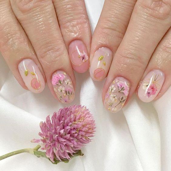 Manicura con flores rosas, lilas y blancas