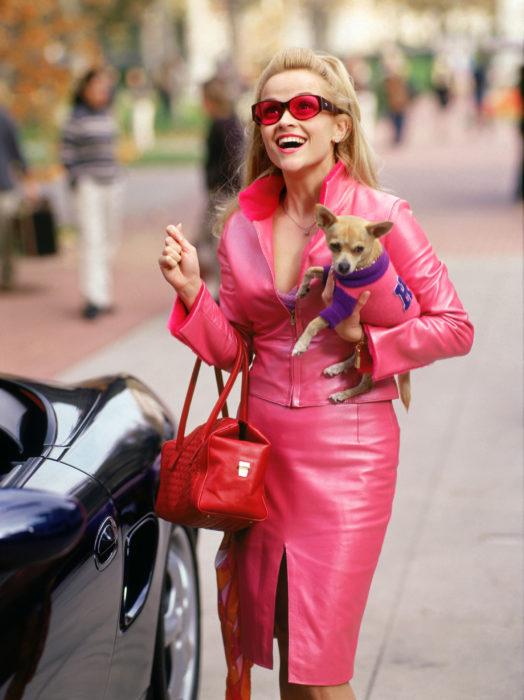 Escena de una rubia muy legal, Elle cmainando cargando a su perrito