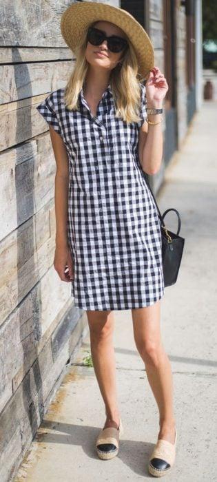 Vestido camisero, de tela fresca en estampad a cuadros y colores azul marino y blanco