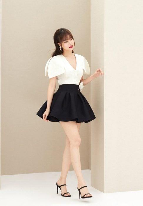 Vestido de cóctel corto, parte superior blanca y en la parte inferior negra