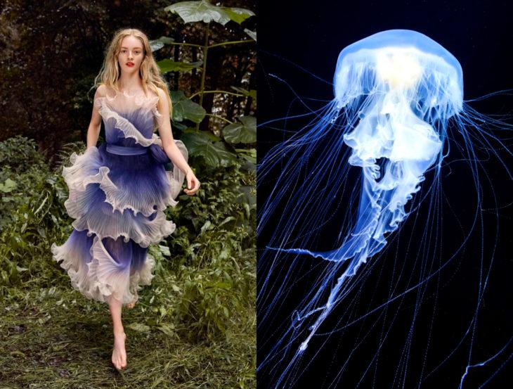Vestidos inspirados en la naturaleza; medusa azul, mujer con vestido azulado con volantes, caminando en la hierba
