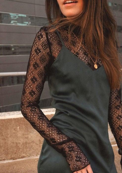 Looks con vestidos y blusas básicas; blusa de encaje con vestido negro sencillo