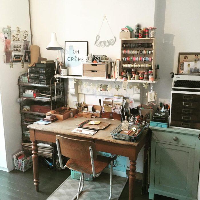 Área de trabajo con material de manualidades, y muebles de madera