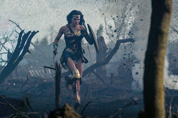 Escena de Wonder Woman, cuando Diana sale al campo de guerra