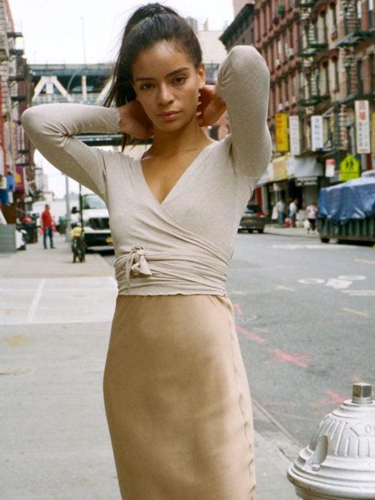 Wrap tops o blusas cache coeur color beige y falda tipo lápiz; mujer en la calle