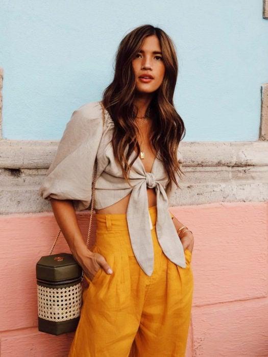 Wrap tops o blusas cache coeur beige con pantalón color mostaza a la cintura