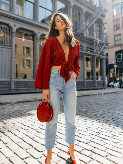 Wrap tops o blusas cache coeur rojo de mangas largas, con pantalón mom jean