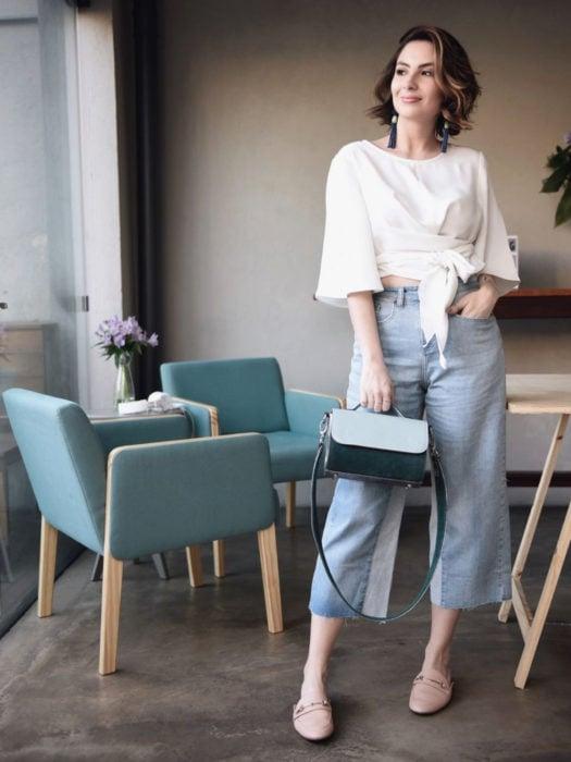 Wrap tops o blusas cache coeur blanca con culotte jean, look de oficina