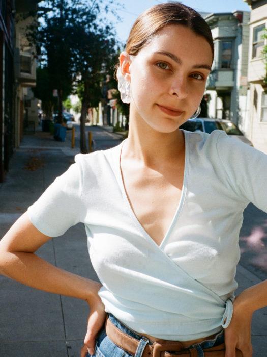 Wrap tops o blusas cache coeur blanca; chica en la calle