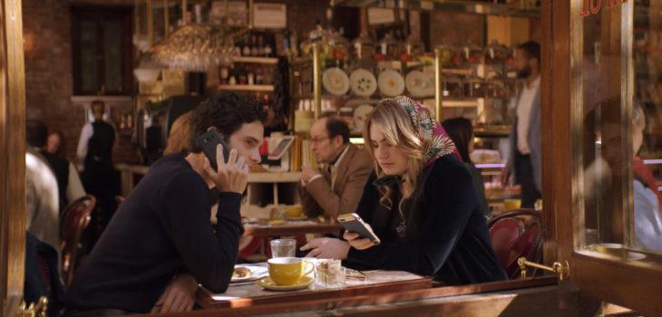 Escena de You donde Joe habla Annika, amiga de Beck