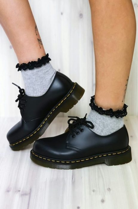 Zapato negro con calceta tipo naked skin