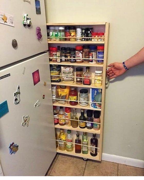 Cajón delgado para almacenar especias y botellas de aceite en la cocina