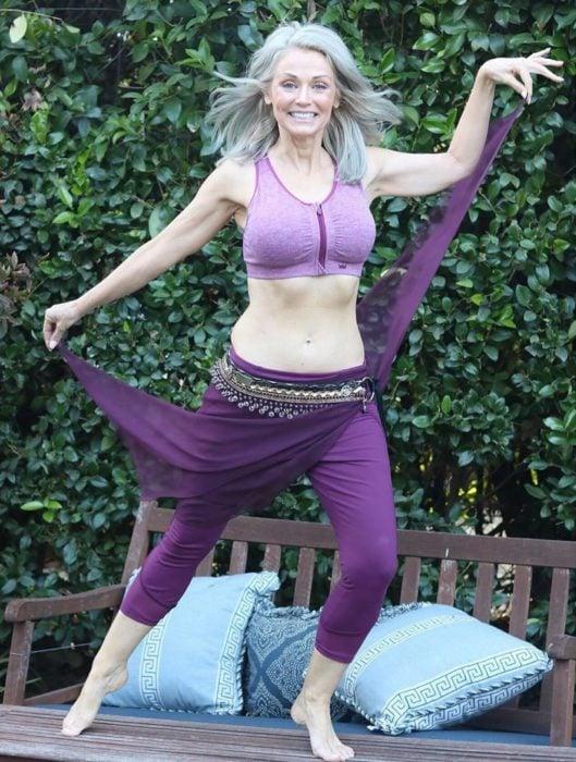 """kathy Jacobs con ropa deportiva morada, y una """"falda"""" de danza árabe"""