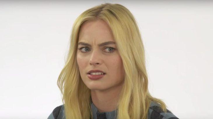 Margot Robbie con rostro sorprendido