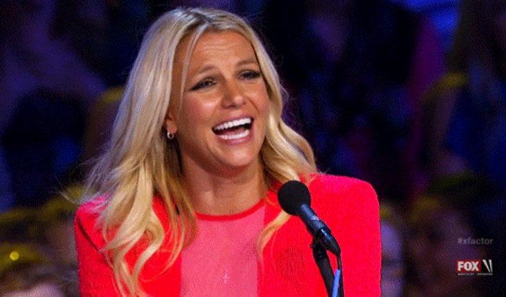Britney Spears riendo durante un programa de talentos