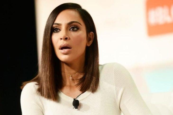 Kim Kardashian con rostro sorprendido