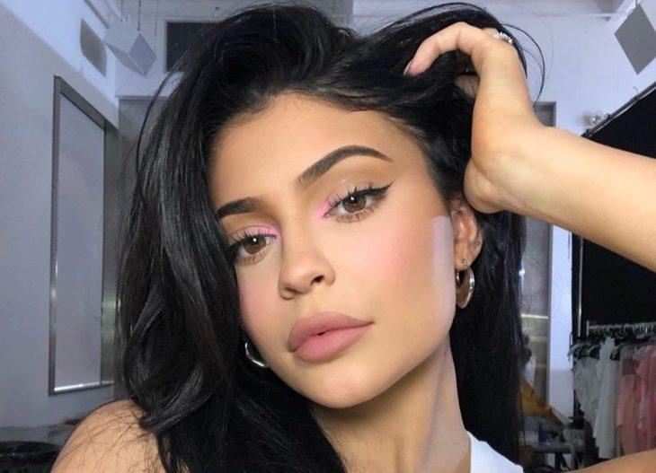 Kylie Jenner mostrando su maquillaje