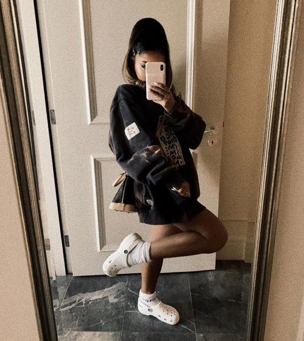 Ariana Grande mostrando sus crocs con calcetas