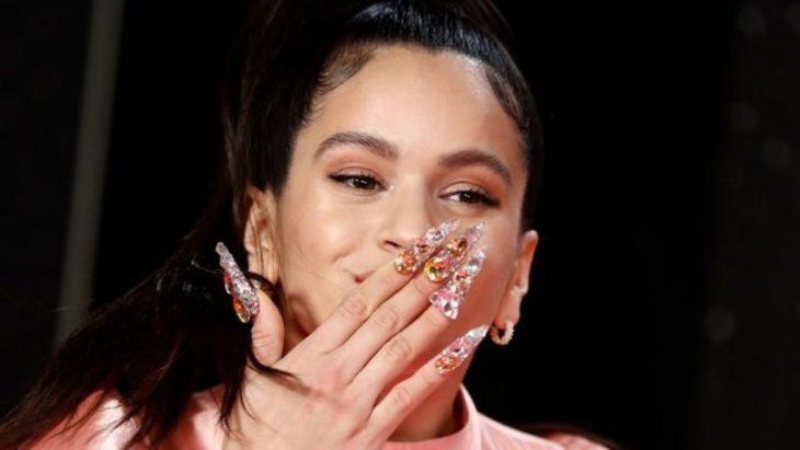 Rosalía mostrando sus uñas con cristales