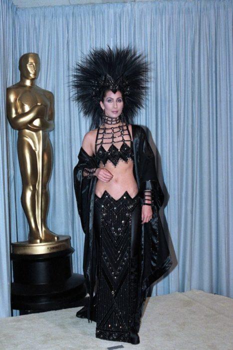 Cher usando un vestido negro en los premios de la academia