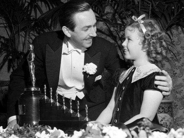 Walt Disney con su estatuilla por el oscar a mejor película animada