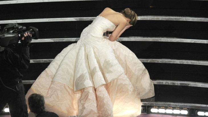 Jennifer Lawrencecayendo por las escaleras en los premios Óscar