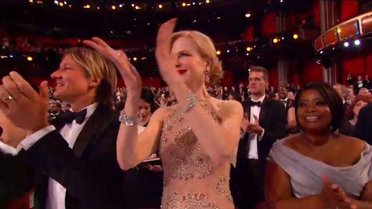 Nikole Kidman aplaudiendo en los Óscar