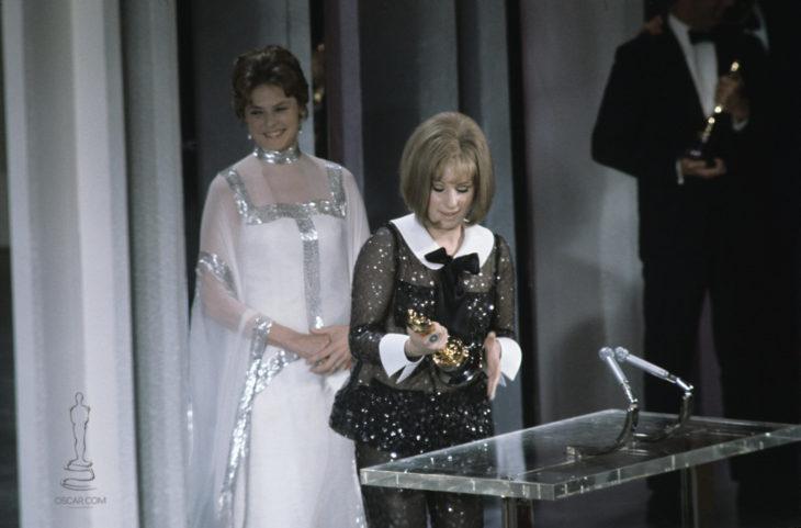 Katharine Hepburn y Barbra Streisand ganando el premio a la mejor actriz