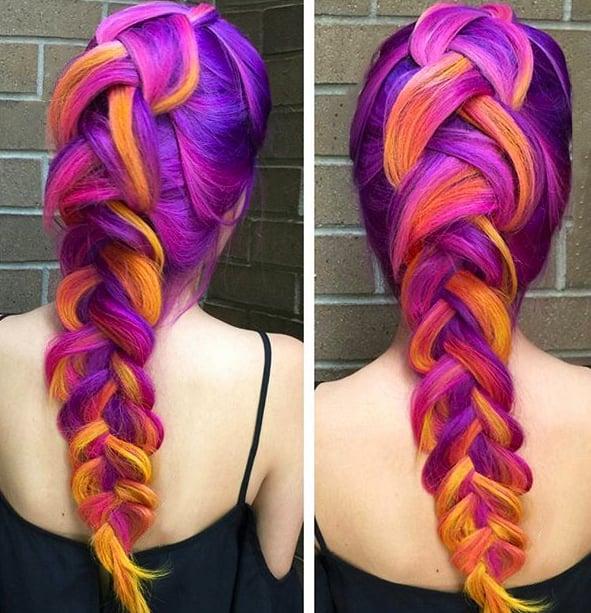 Chica con el cabello de colores sujetado en una trenza floja