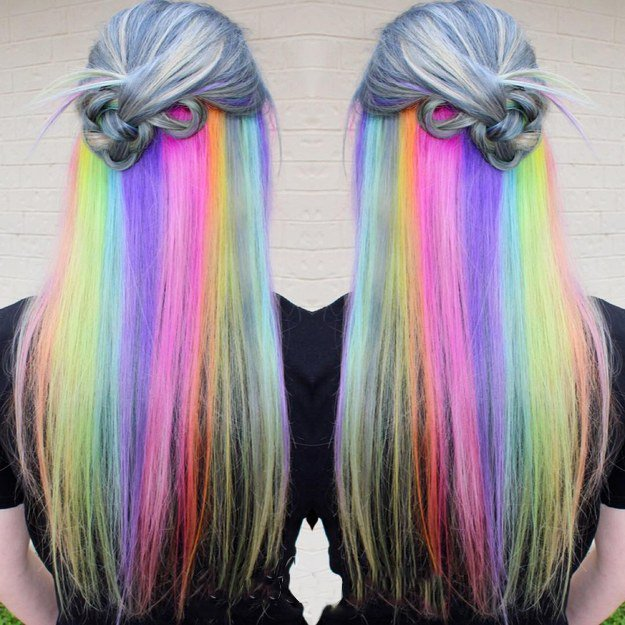 Chica con el cabello de colores sujetado en un chongo medio