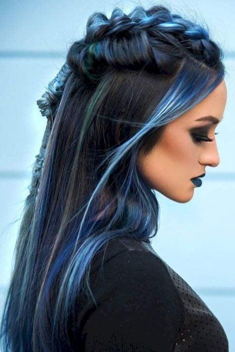 Chica con el cabello negro y azul sujetado en una trenza alta
