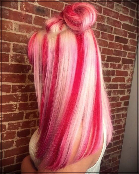 Chica con el cabello rosa y rubio sujetado en una coleta alta